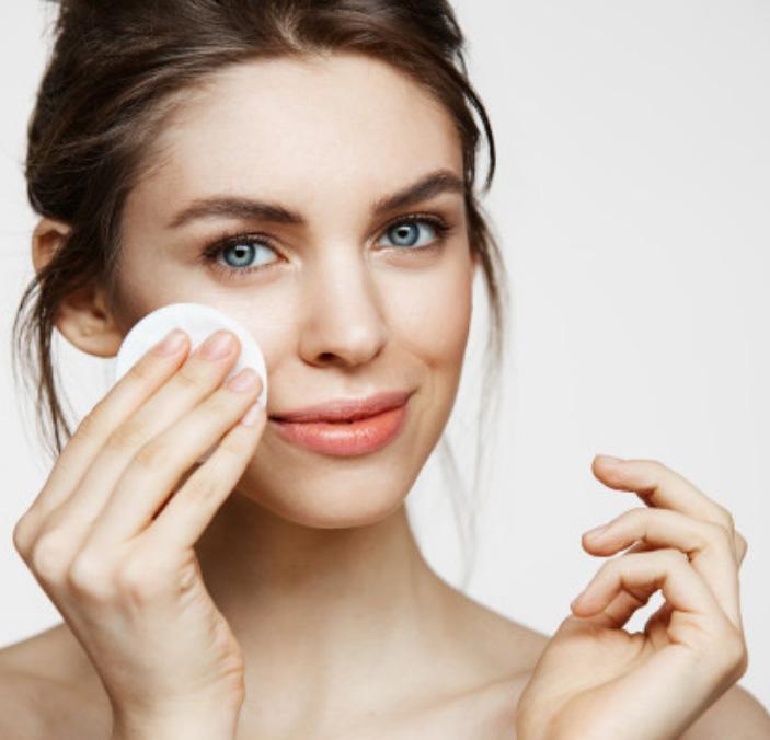 femme nettoyage de peau